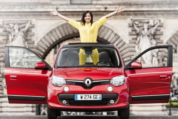 Nagyon új és nagyon más a Renault Twingo harmadik generációja. A kisautó ezzel a radikális váltással hű maradt önmagához, ötletességben visszatérve a nagy elődhöz. Svékus Gergely kollégánk nemrég csodálatos mellékletet írt a Twingo történelméről, látványos cikk ide kattintva olvasható