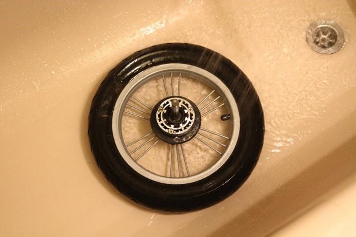 Az egy mozdulattal kiszedhető kerék első útja a zuhany alá vezet. Vigyázat, szörnyű dolgok vannak az utcán, amíg az utolsó molekula kutyaszar nem ázott le róla, addig még véletlenül sem nyúlunk hozzá.
