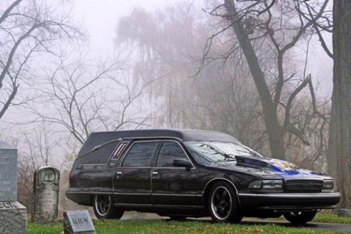 Eredeti funkcióját teljesen megőrizve alakították át az 1996-os Chevrolet Caprice-t. A motortérbe 6.0 literes, GM V8-as blokkot raktak, ami 3 másodperc alatt gyorsítja 100 km/órára a kegyeleti járművet, amely simán eléri a bő 250 km/órát. Ezeket az adatokat, és a videót elnézve, valószínűleg a világ leggyorsabb halottaskocsijáról van szó.