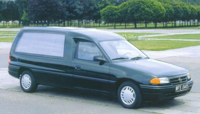 Egy lengyel cég olyan olcsó, népszerű alapokból épített halottaskocsikkal találta meg saját közönségét, mint a képen látható Opel Astra F.