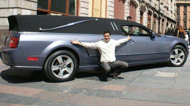 Az amerikai izomautók rajongóinak ennél találóbb megoldás nem létezik. V8-as Mustanggal rotyogni a túlvilágra.
