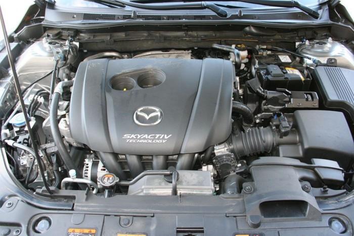 A motor nagy, 14:1-es kompresszióviszonya, és a 30 százalékkal kisebb súrlódás kedvezőbb fogyasztással jár. 5,9 liter a hivatalos átlagfogyasztás, ami a valóságban inkább 7,5. De az is szuper