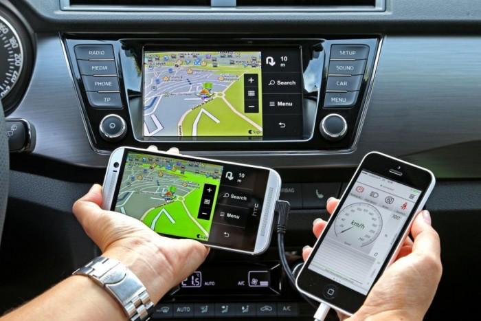 Az irány jó, de a megvalósításon még csiszolni kell a Mirrorlink, Smartgate telefonos alkalmazásoknál. A kapcsolat döcögős, a szoftvertámogatottság még nem teljes körű, de a fejlesztés folyamatosan zajlik.
