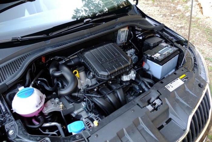 A belépőmotor az egyliteres háromhengeres szívó benzines, 60 lóerővel, és 90 Nm nyomatékkal. Vannak erényei, de inkább javallott az erősebb verziók közül választani.