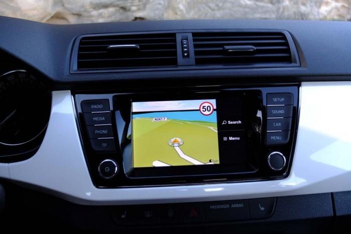 Nincs beépített navigáció, mivel ezt a vásárlók alig egy százaléka rendelte a múltban. Helyette a telefonon futó szoftver képe jelenik meg a középkonzolon.