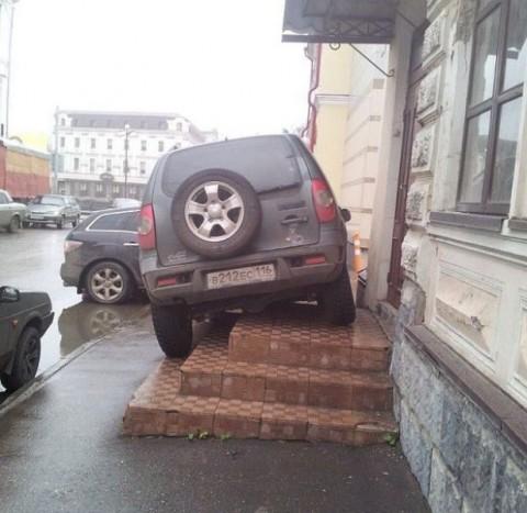 Szó szerint az ajtóban parkolt. Biztos nem szeret sétálni