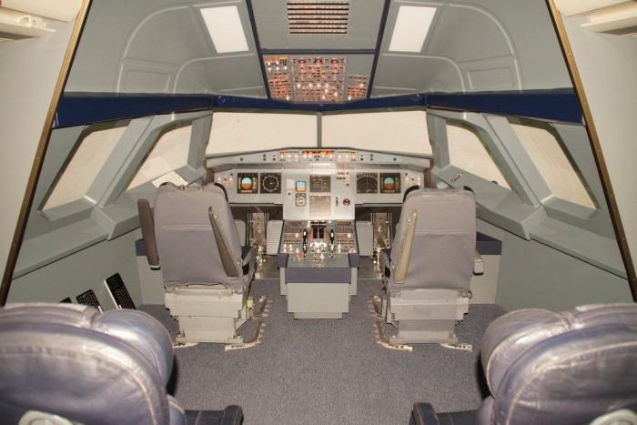 Kapitányi és elsőtiszti ülés, plusz két sor a virtuális utasoknak