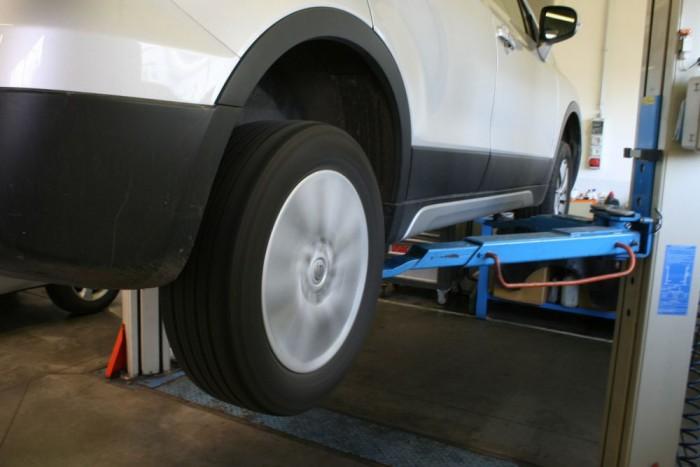 Ellenőrizni kell a futóművet és a kerekek állapotát. Itt épp a kerékcsapágyakat vizsgálja a szakember