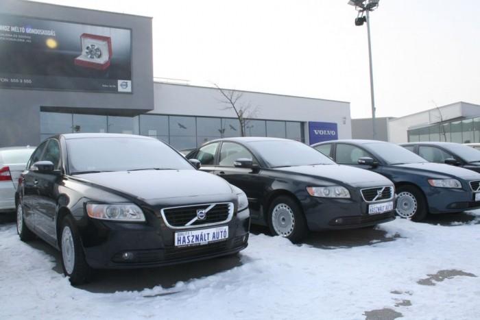 Lehet, hogy egy autómárka régiós hálózata jobb veszi kapja a téli gumit, mint a neten kutakodó magánautós. Érdemes rákérdezni a márkaszervizekben, előfordulnak jó akciók