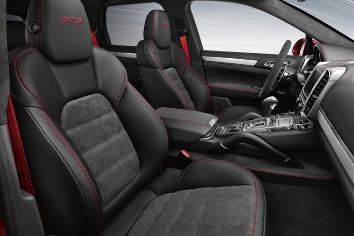 Motorosan állítható bőr-Alcantara sportülések, piros vagy ezüst színű dekorelemek (beleértve a biztonsági övet is)
