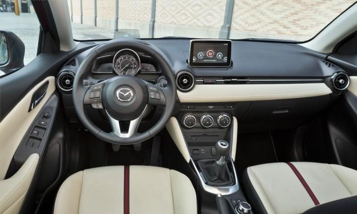 Teljesen új a belső, a külsőhöz hasonlóan á la Mazda6, illetve Mazda3. A fehér részek puhák, de a bőr csak a legjobban felszerelt kivitelekhez jár. A műszerfal teteje kemény műanyag, akárcsak az ajtók felső éle, de az összeszerelési minőség elsőrangú