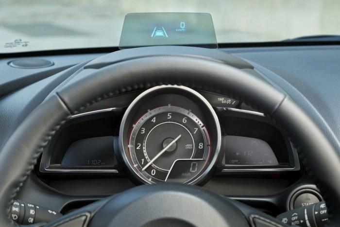 Fő helyen a fordulatszámmérő, a sebesség digitális kijelzése a jobb alsó sarokba szorult. A skálázás nem vicc, az új, másfél literes benzinmotor szeret pörögni, de még a szintén új és szintén másfél literes dízel is elforog öt és félezerig. Ami viszont igazán túlmutat a kategórián: a head up display. A head up display nélküli modellekben továbbra is a sebességmérőé a fő hely, a fordulatszámmérő a bal szárnyba kerül