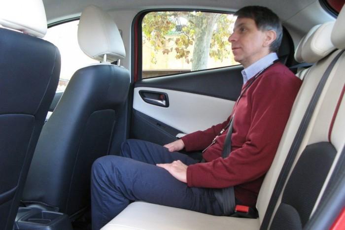 Nyolc centit toldottak be a tengelytávba, mégsem jut több hely hátul a lábaknak. Az ok, hogy a többletet az első utasok kényelmére fordították, akik pontosan úgy ülhetnek, mint egy nagyobb kategóriás autóban, például a Mazda3-asban