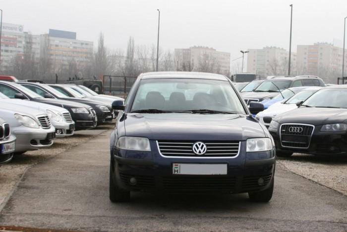 2. Volkswagen Passat, 3340 db. Elsősorban TDI-dízelmotorral közkedvelt a Passat. Tényleg kapható 1000 euróért, de a cikk írásakor ezek az autók többnyire 350-400 ezer kilométert futottak, de van köztük 630 ezres óraállású is. Aki hozna magának B5-ös Passatot, ebben a cikkben megtalálja, mire kell figyelnie és mennyibe kerül javítani a négylengőkaros első futóművet