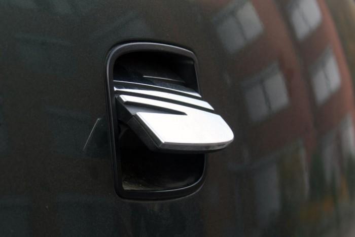 Viszonylag gyakran van baj a kilinccsel, amely egyben a hátsó embléma is. Az alkatrész ára 22 000 Ft
