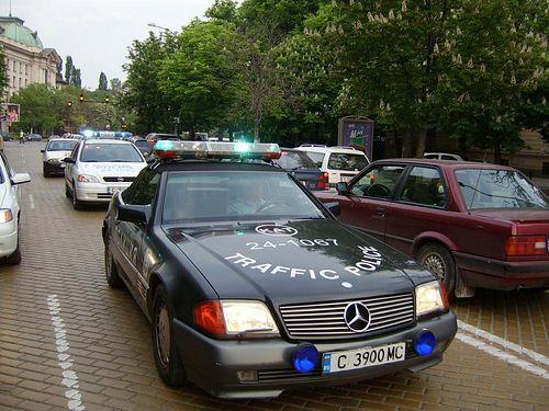 """MERCEDES-BENZ R129 SL500, Bulgária - Állítólag az itten hatóság bevett módszere, hogy a bűnözőktől elkobzott járművekből """"elfogó"""" járőrautókat készítenek. Követendő példa, sokkal több értelme van, mint bezúzni őket."""