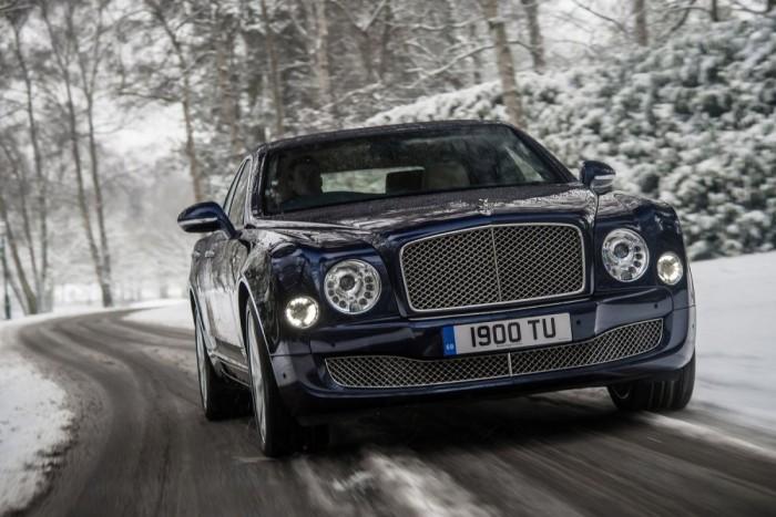 Bentley Mulsanne. A Bentley mindig erős volt abban, ha ordenáré ocsmány, de méregdrága autót kellett a pénztől csorbult ízlésű emberek elé lökni. De néha még ott is túltolják a dolgot, gondoljunk csak a 2012-es Genfi Autószalonon bemutatott EXP 9 F fantázianevű torzszülöttre. Szerencsére ennek a terveit még a sorozatgyártás előtt méltó helyen, a folyosó végi iratmegsemmisítőben helyezték örök nyugalomra. A Mulsane azonban igazi, létező autó, amelynek béna gülüszemei mögé sokkal könnyebb egy ostoba, de jól fizetett fociakadémistát képzelni, mint egy brit arisztokratát