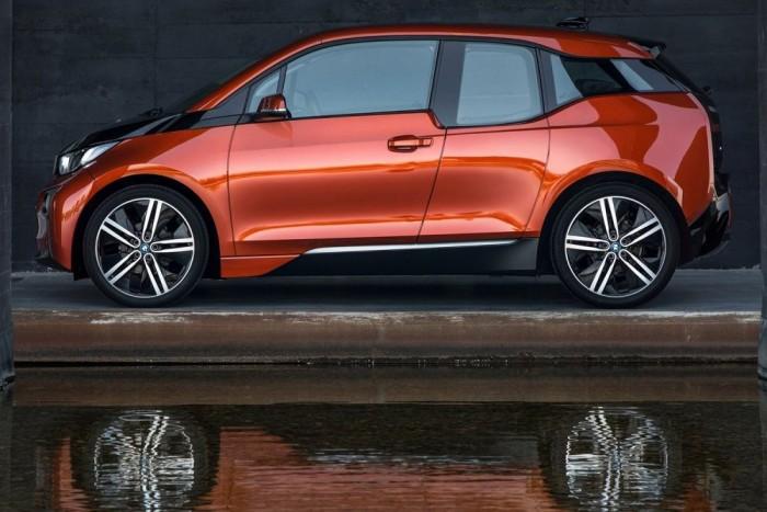 BMW i3. Az i3 furcsán gnóm külsejével is fennen hirdeti, hogy nagyon más autó, mint az összes többi. Magas, keskeny, virsligumis szerzet, kusza övvonallal. A szénszálból formázott harci törpekutyáért házon belül többen is rajonganak, mások meg nagyon nem