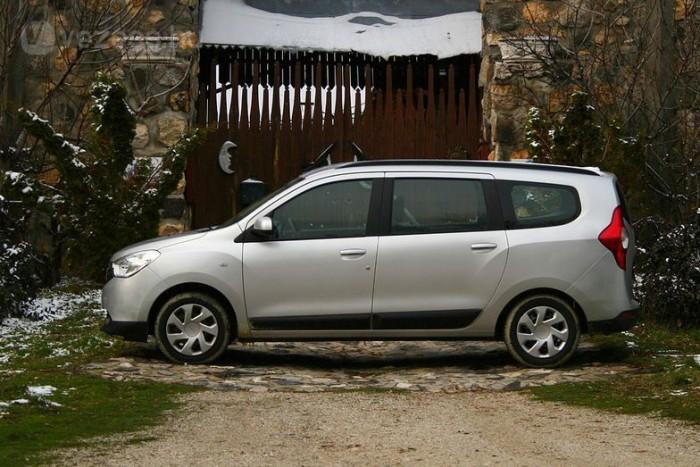 Dacia Lodgy. A Dacia Lodgy-t nehéz nem szeretni, hiszen hatalmas belső terű, megfizethető autó. De ránézni fájdalmas. Főleg profilból nézve tűnik rettentő rusnyának a hosszú, tömpe orrú, masszív hátsó sonkákkal befejeződő léghajónyi kasztni. Külső méreteihez képest komikusak a bútorgörgő méretűnek látszó kerekek is és a nagyméretű, minden formai játékot nélkülöző fémlemezek is