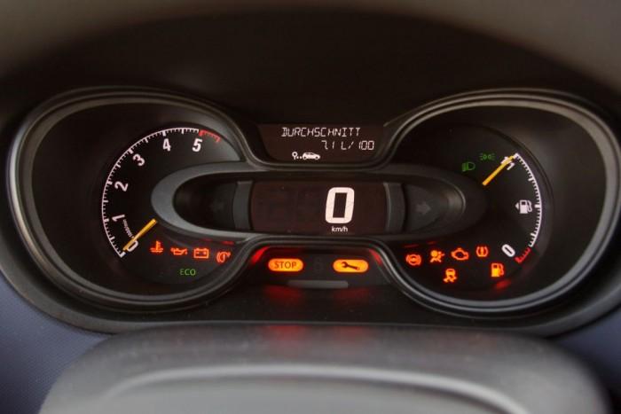 Digitális kijelző mutatja a sebességet. Nagyon hiányzik minimum egy vízhőfokmérő műszer, a dízelmotorok érzékenyek hidegen