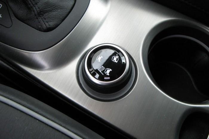 A terepjárósabb verziók hajtáslánc üzemmód-kapcsolója . Tizenkét óránál az alapprogram (automatikus összkerékhajtás), négy óránál a terepprogram (nem zárja fixre az összkerékhajtást, de gyorsítja a hátsó kerekek bekapcsolódását a hajtásba), nyolc óránál pedig a sportprogram (kisebb kormányrásegítés, gyorsabb gázreakció, automataváltónál gyorsabb váltás, stb.).