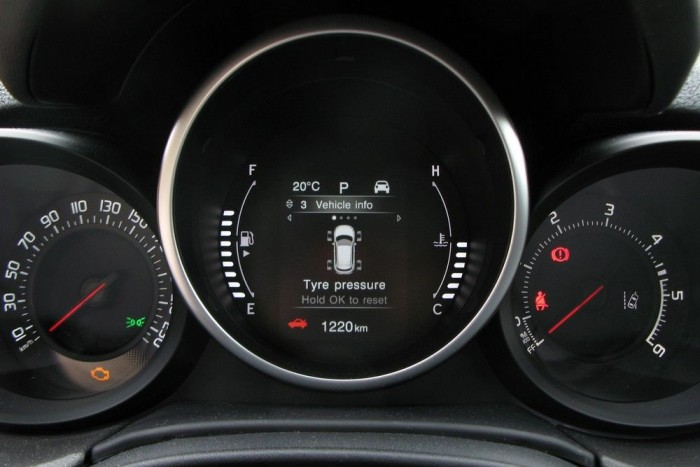 Furcsa megoldás, hogy a két főműszer a szélre került, nem is könnyíti meg a sebesség figyelemmel kísérését. Hacsak, a középső, 3,5 colos kijelzőre nem a sebességet tesszük ki nagy adatként. A kijelzőn egyébként az autó állapotától kezdve a navigációig, sok minden megjeleníthető