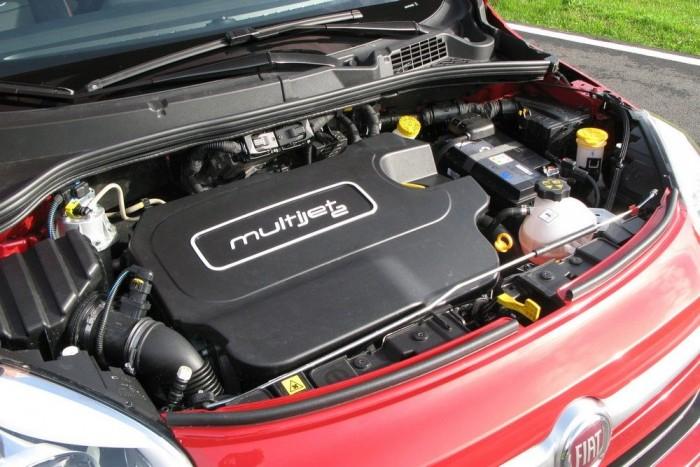 Ha nem is sportosan, de szépen viszi az 500X-et a kétliteres, 140 lóerős dízelmotor automataváltóval és összkerékhajtással együtt is. Az 1,6 literes benzin- (110 LE) és dízelmotorhoz (120 LE) nem rendelhető összkerékhajtás. Nem dísz a műanyag burkolat, a többi hangszigeteléssel együtt hatásosan tartja távol a motorzúgást az utastértől
