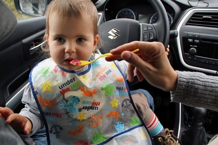 Ha kint esik az eső, ebédlőnek is remekül beválik a Suzuki, mert míg apáról nehezen jön le a kajapermet, addig az autó műanyagjai könnyen tisztíthatók. A menü céklás krumpli