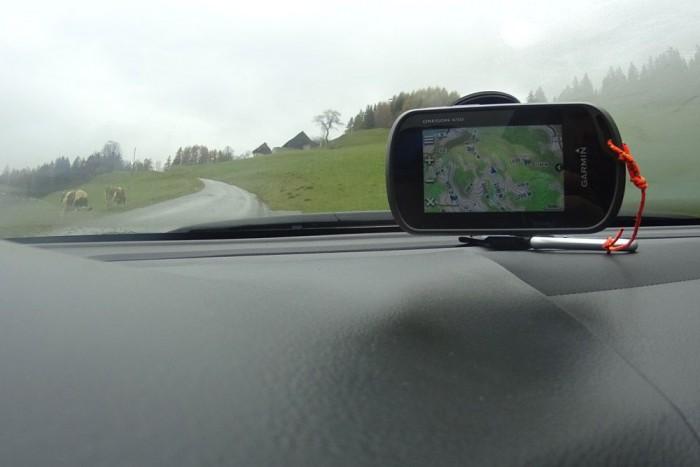 Beépített GPS nincs, kénytelenek voltunk az ablakra tapasztani egyet