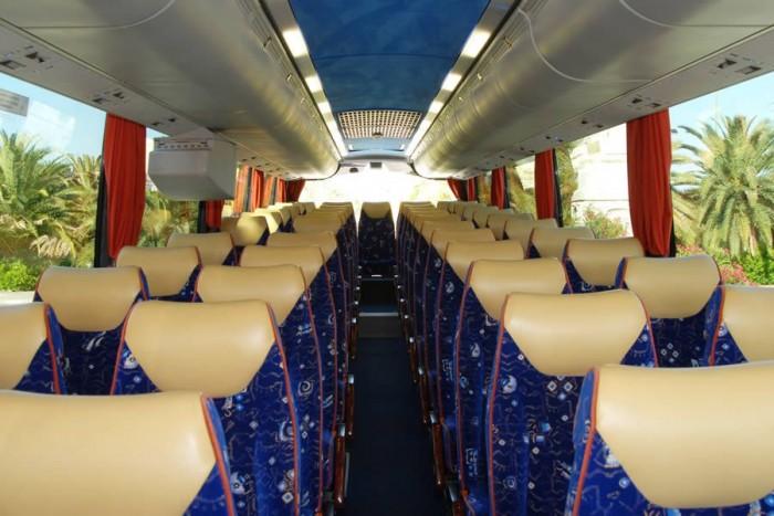 A fotó illusztráció, a BKV-s buszok utastere eltérő színvilágot képvisel, azonban az üléselrendezés hasonló