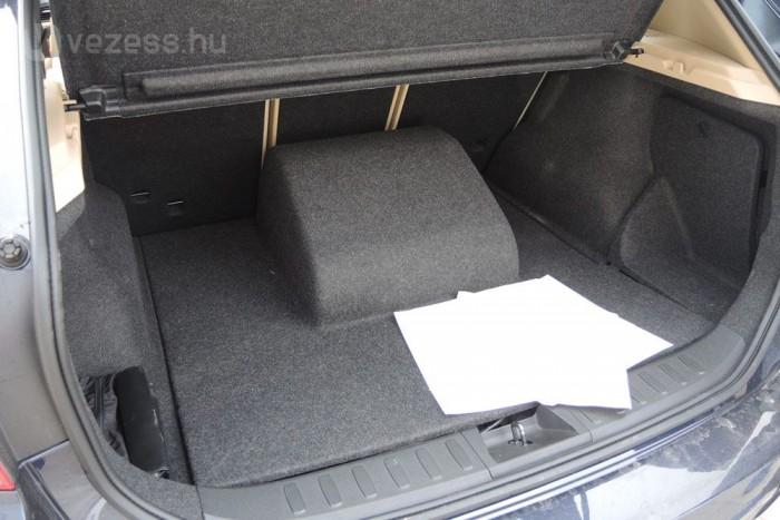 Az utólagos átalakítás eredménye, hogy a villanymotor helyet vesz el a csomagtartóból
