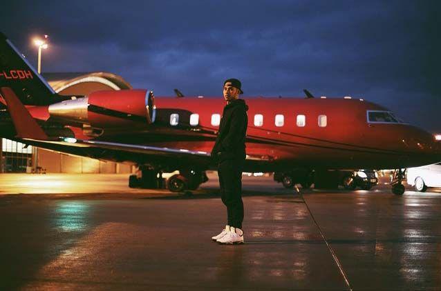 Csak egy srác az Egyesült Királyságból, akinek volt egy álma. - ezt írta a kép mellé Lewis Hamilton. Nincs kétségünk, kemény munkával elérte céljait, aminek jóleső hozadéka ez a Bombardier CL-600 típusú repülő, amit még 2013 elején vásárolt közel 700 millió forintért.