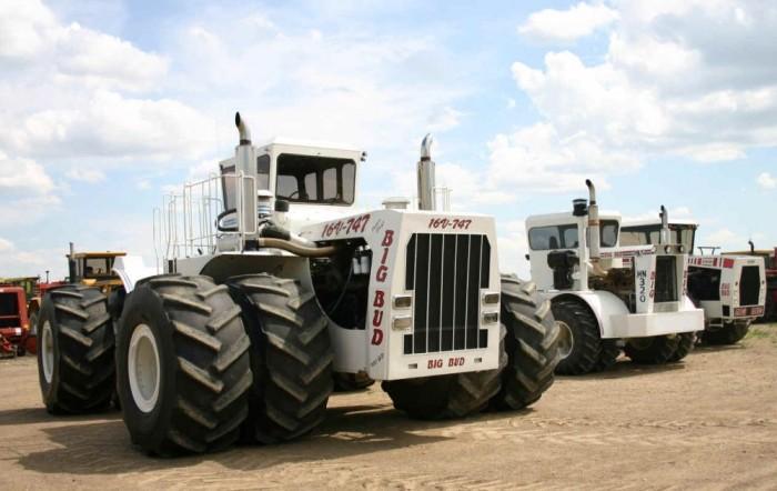 1. A földkerekség legnagyobbja - A Big Bud névre keresztelt munkagépet egy brutális méretű, 760 lóerős V16-os Detroit Diesel motor hajtja. A 8,2 méter hosszú, 6 méter széles és 4,2 méter magas erőműre egyedi két és fél méter átmérőjű gumik kerültnek. teletankolt 3785 literes üzemanyagtartállyal együtt a traktor össztömege meghaladja a 42 tonnát. A gép maximális súlya, ha a farmer feltölti a kerekeket vízzel a mögé kötött talajmegmunkáló gépek vontatáshoz és az orrára is nehezéket szerel, 58,5 tonna.