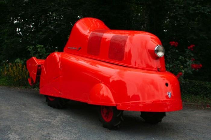 2. A legritkább különleges klasszikus - A Porsche traktorok már alapjáraton kedvesek az autórajongó szemnek, de ez a darab mindenen túltesz. Az áramvonalas borítás nem egy sebességrekord okán került a P312-esre. Mivel kávéültetvényekre tervezték, ez borítás óvta a haszonnövényt a munkagéptől. Érdekessége még, hogy benzinmotorral szerelték, a kávétermelők ugyanis nem akartak kormot pöfögő gépeket szeretett ültetvényük kellős közepén.