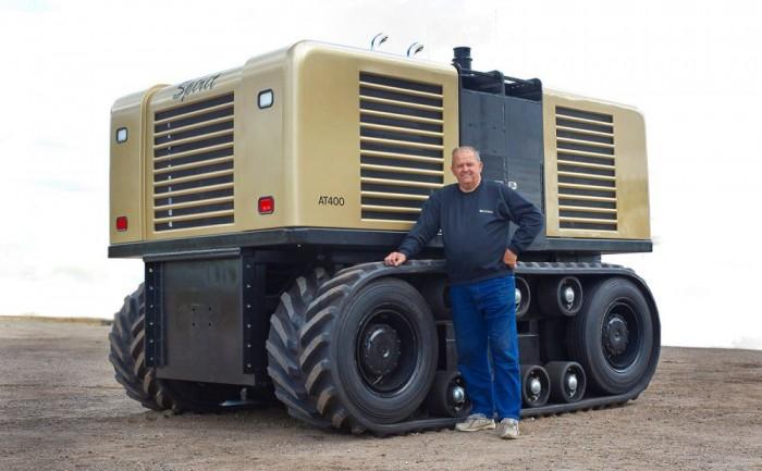 6. - A jövő technikája - A képen az Egyesült Államokban fejlesztett Spirit. Ami igen, mezőgazdasági gép, traktor, még ha nem is tűnik annak. A jövő, valóban önállóan dolgozó robotjait vetíti előre. Nem használ GPS rendszert, saját érzékelőire hagyatkozik, és az előre megszabott határokat sosem hagyja el munka közben. Mozgatásáról két 202 lóerős Isuzu dízelmotor gondoskodik, működéséhez irányítótorony is szükséges, ami nagy felbontású képet és hangot közvetít a meghatározott készülékek felé. Tehát a jövőben tényleg a Traktorszimulátorral fogunk szántani, otthon a gép előtt, kávét szürcsölve?
