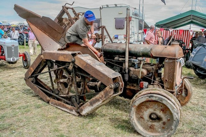 5. Árokásó kúszómászó - Egy alap Fordson Standard Tractor hátsó tengelyét átalakítva született ez a masina. Fő célja árkok ásása volt csővezetékek számára, a kereket helyettesítő szerkezetet Rotopadnak nevezték.