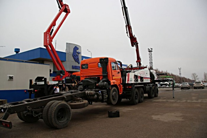 Munkában a négytengelyes 2784G3-as teherautó, melyet a Kamaz 6560-as alvázára tervezték