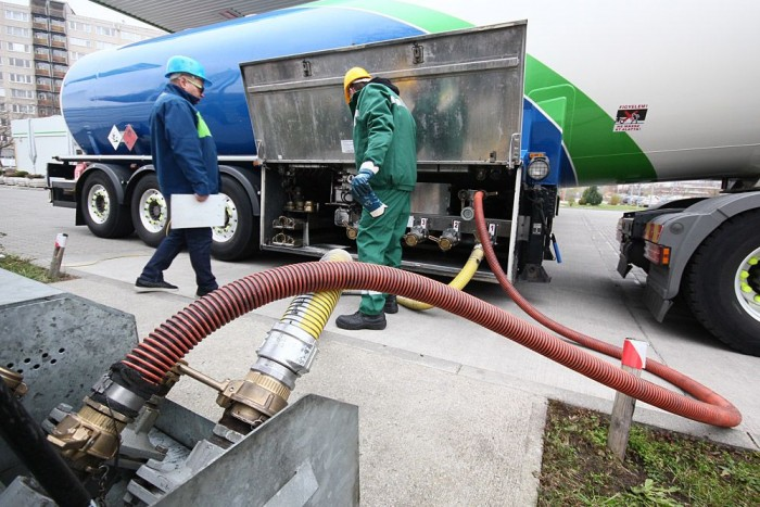 Az üzemanyag a sárga csövön jön, a levegő a pirosan megy
