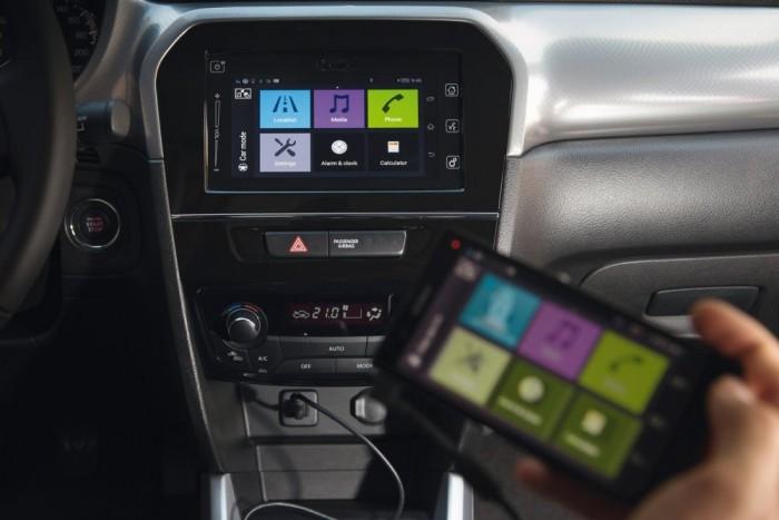 Nagy fejlődés az érintőképernyő, amellyel tükrözni lehet a mobiltelefont, használhatjuk vele az okostelefonon futó programot
