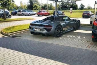 A CBA-főnökök parkolójában állt a 250 milliós Porsche