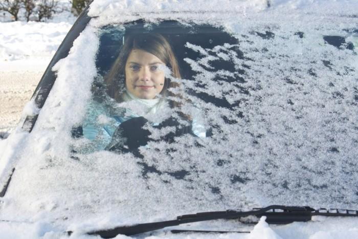 Így nem lehet elindulni. A minimum, hogy a szélvédő meg a többi üveg le legyen takarítva és a tetőről is söpörjük le a havat! A hóból kerekedő felhő zavarja a többi autóst, ha pedig fékezésnél előrezuhan, az a hanyag sofőrt sújtja