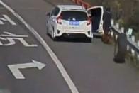 Kamion elszabadult kereke szaggatta szét a kocsit, de mégis áldottnak érezheti magát a sofőr 1