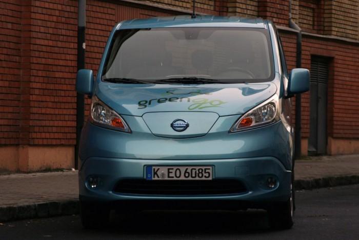 Villanyautóban megérteni, milyen pokoli energia van a kőolajban. A villamos gép hatásfoka a belső égésű motorénak durván háromszorosa, de 267 kilónyi akkumulátorral így is csak 90-170 km közötti a hatótáv. A dCi-nek ehhez elég 4,15-8,3 kg, azaz 5-10 liter gázolaj