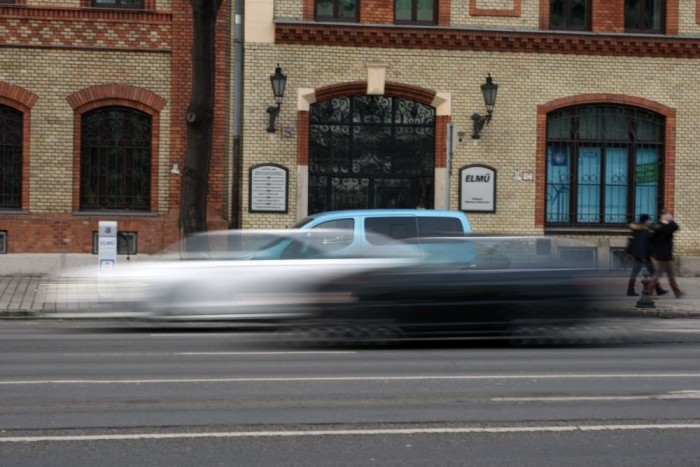 Ez annyira hazai: épp gyorsulási verseny zajlik egy alig hörgő E46-os BMW és a fehér új A6 tulaja között a Váci úton. Mögöttük az űrből idepottyant villanyautó tankol