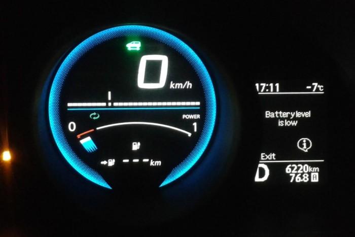 10 km alatt az autó nem ír ki hatótávot, csak villognak a vonások. Nagy hidegben összesen 76,8 kilométert sikerült megtenni eddig, az Eco üzemmód ellenére