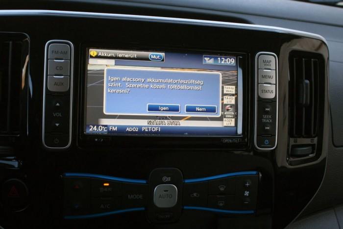 Sokféleképp figyelmeztet az autó, ha fogytán az áram. Hasznos funkcióként rögtön keres is töltőpontot, de a legtöbb sima nyilvános konnektor és rémesen lassan tölti fel az akkut