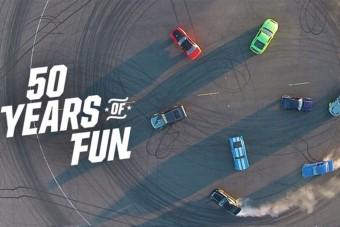 Így égeti a gumit 50 évnyi Mustang
