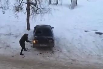A nő, aki baltával ment exférje autójára