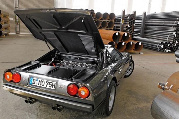 Ez az a motor, amely nagyon nem belevaló. Goldsmith egy Ferrari Daytonából származó V12-es blokkot választott, de a 365 GT 2+2 hengerfejeivel párosította