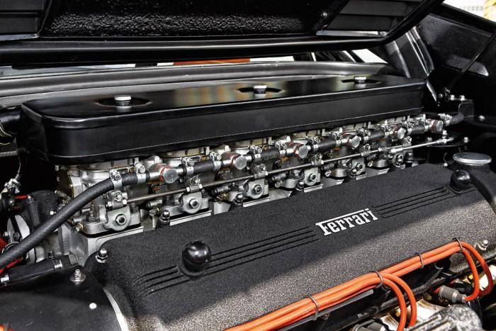 igazi mestermű a keresztben beépített V12-es. Az eredeti, Goldsmith-féle motor sem volt rossz, de tökéletesítettek rajta